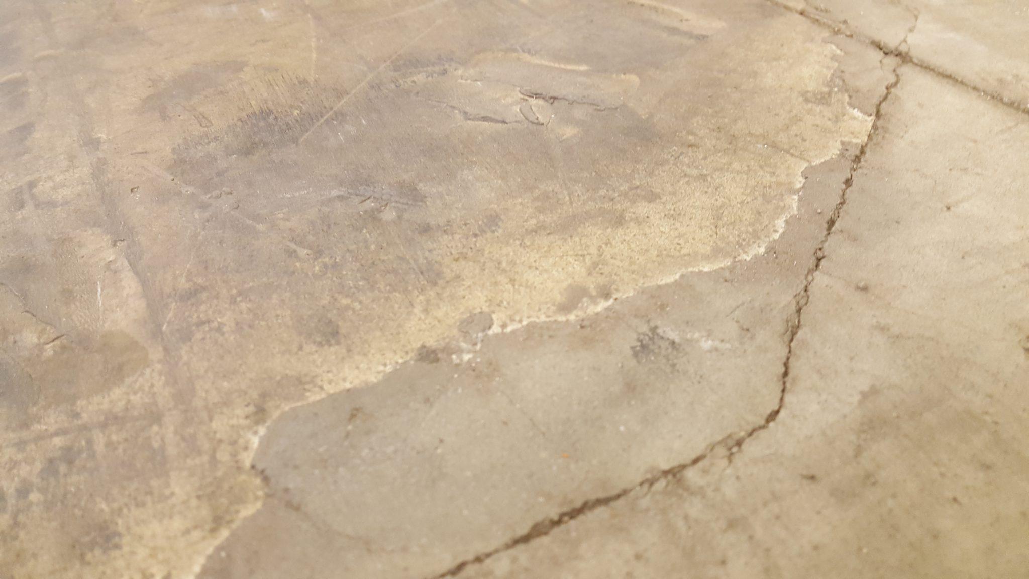 gebarsten betonvloer