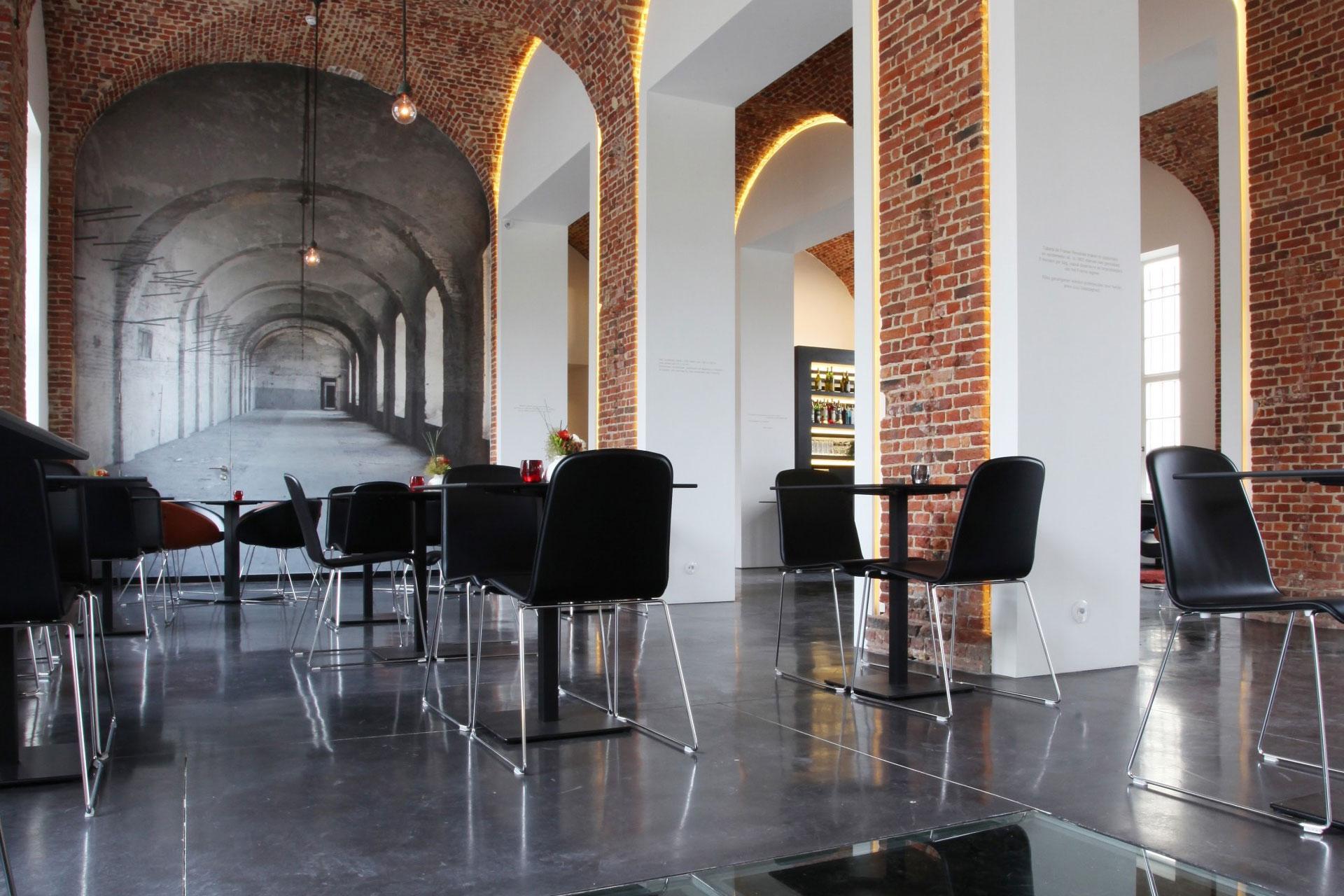 tuchthuis zwarte betonvloeren